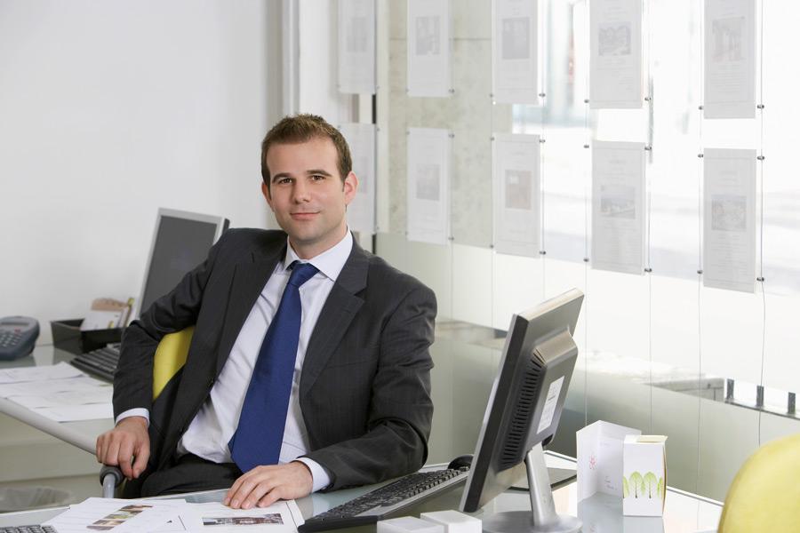 Makler in seinem Büro