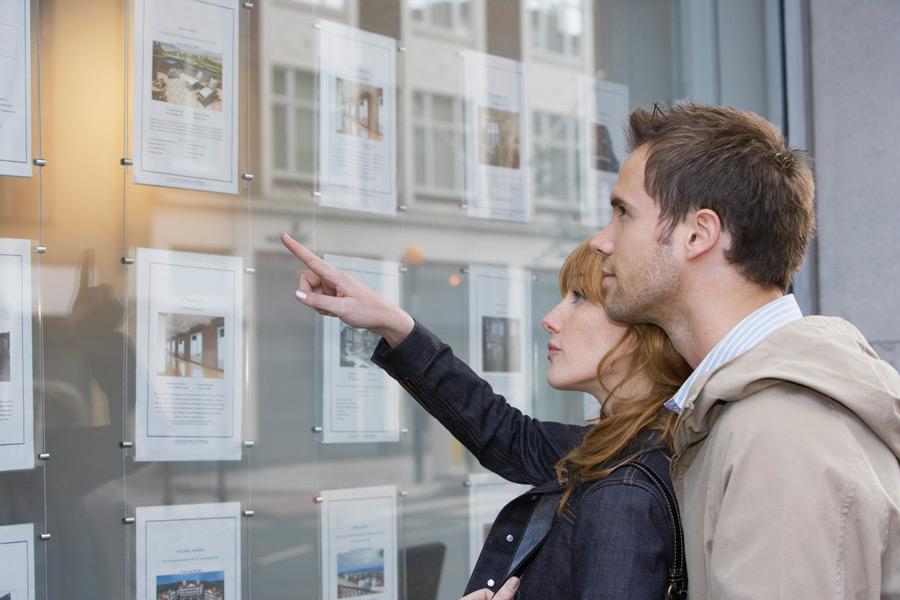 Paar auf der Suche nach Wohnungsanbieter