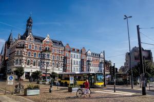Die Altstadt von Köpenick bietet viel Interessantes: Das Rathaus, die Schlossinsel mit der herrlichen Parkanlage, Läden, Cafés, Galerien und Restaurants in den kleinen verwinkelten Straßen. © ArTo / Fotolia.de