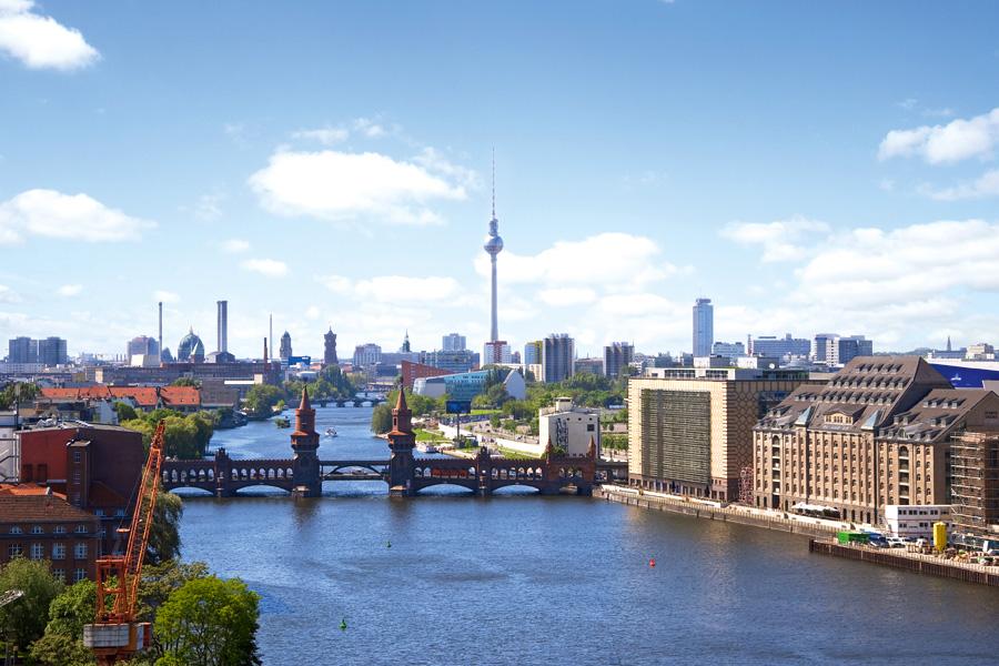 Die Oberbaumbrücke verbindet Kreuzberg mit Friedrichshain, wo am rechten Spreeufer die historischen Lager- und Hafengebäude nun Standort der Medienbranche sind. © flashpics / Fotolia.com