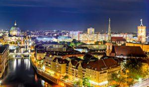 Berlin-Mitte – Skyline bei Nacht. Im Vordergrund das Nikolaiviertel, dahinter der Berliner Dom und das Rote Rathaus. © Marco2811 / Fotolia.com