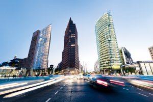 Der Potsdamer Platz wurde als ganzes Stadtviertel von Architekten geplant. Mit Erfolg – die Cafés, Kinos und Einkaufsmöglichkeiten zwischen den futuristischen Hochhäusern werden von Berlinern und Touristen gleichermaßen genutzt. © davis / Fotolia.com