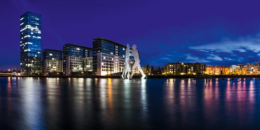Die Treptowers – ein markanter Teil der Berliner Skyline und Molecular Men, welche das Zusammentreffen der drei Ortsteile Treptow, Kreuzberg und Friedrichshain an dieser Stelle symbolisieren. © claudecastor86 / Fotolia.com